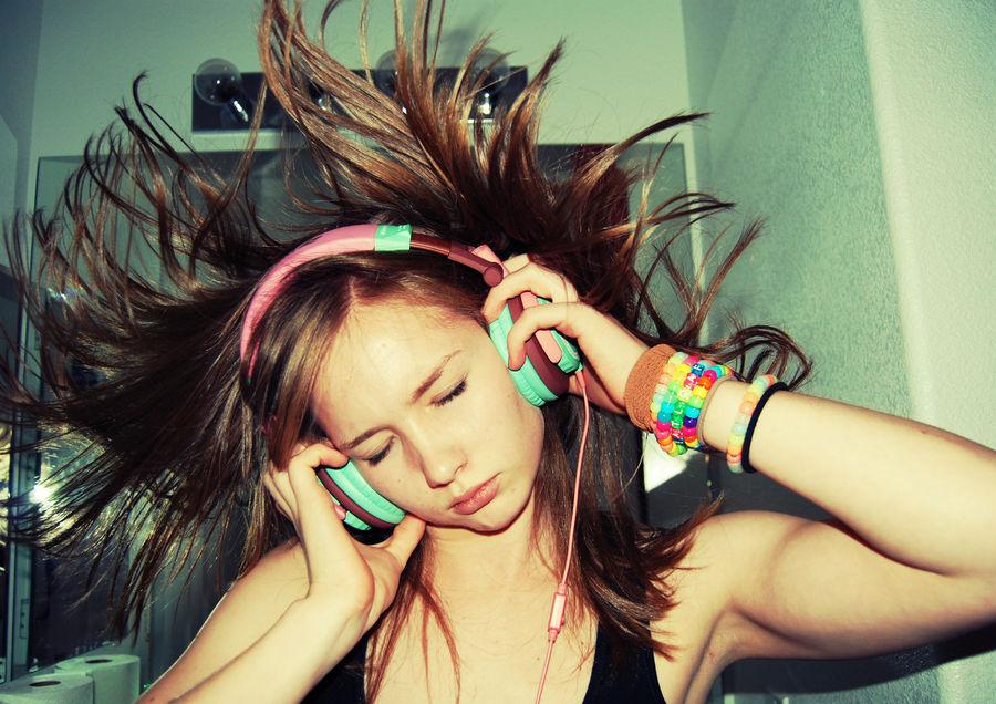 900x900px-LL-7a6d0b7c_headphones-girls-3669x2592-wallpaper